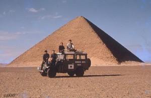 ダハシュール・赤ピラミッドの前で(一番左が吉村教授)