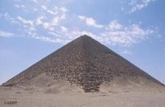 赤ピラミッド。古代名は「輝くピラミッド」/ ダハシュール