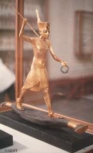 パピルス船に乗るツタンカーメン王像