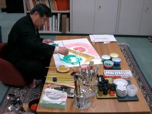 作画中の吉村先生