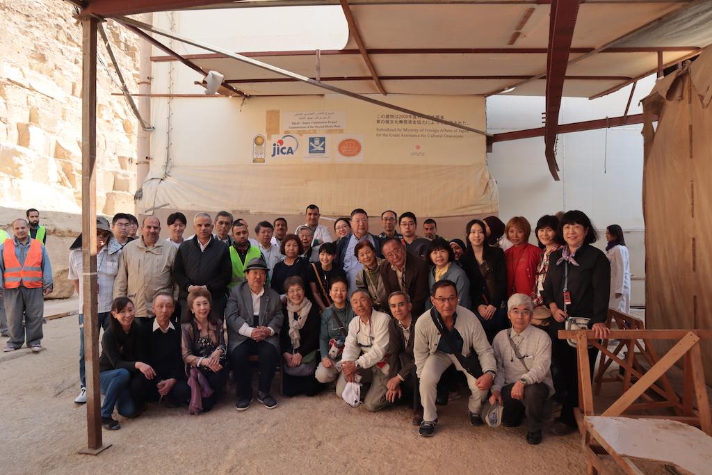 太陽の船発掘現場を訪れたトラベル・スタディ参加者の皆さん